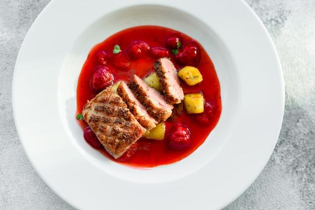 Steak de filet de canard avec fraise caramélisée et aubergine