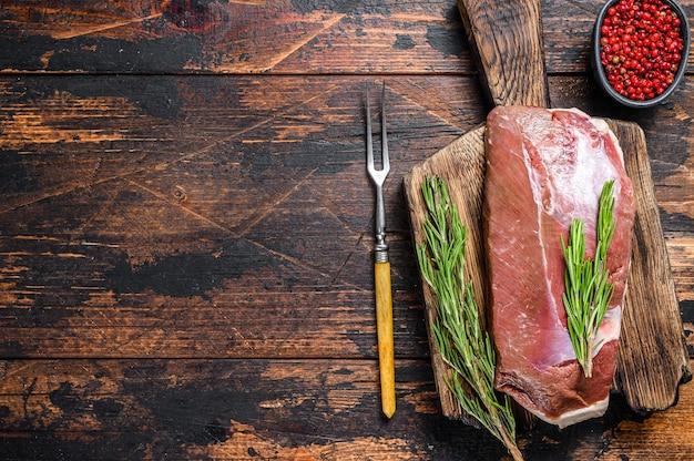 Steak de filet de poitrine de canard frais cru aux herbes et au romarin.
