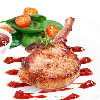 Steak de filet de porc grillé juteux aux haricots verts