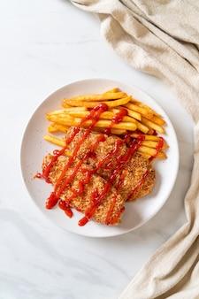 Steak de filet de poulet frit avec frites et ketchup