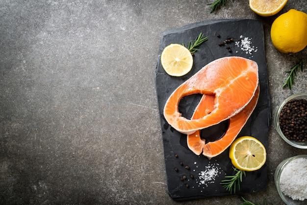 Steak de filet de saumon cru frais avec ingrédient à bord