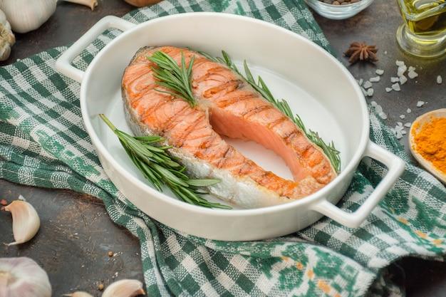 Steak de filet de saumon grillé aux herbes aromatiques, épices et légumes. fruit de mer. concept de cuisine. contexte culinaire. menu d'arrière-plan du tableau. espace copie