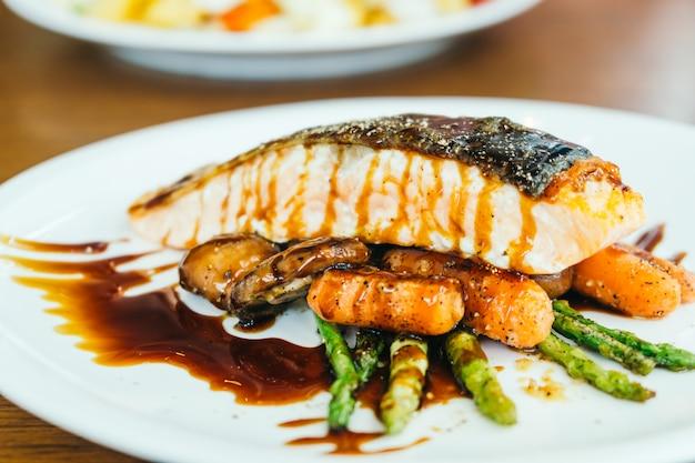 Steak de filet de viande de saumon grillé avec légumes