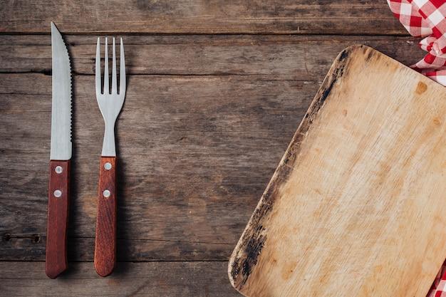 Steak fourchette et couteau sur fond en bois