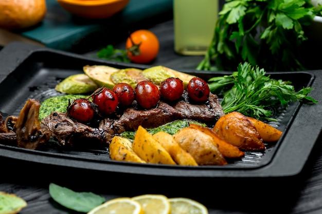 Steak frais avec pommes de terre frites et légumes