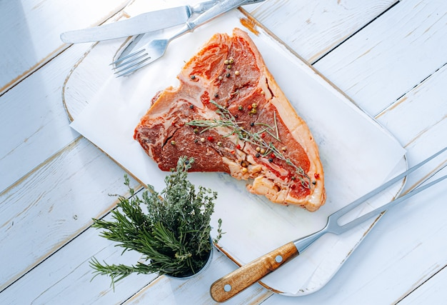 Steak frais pour le dîner. steak de bœuf cru de première qualité prêt à cuire