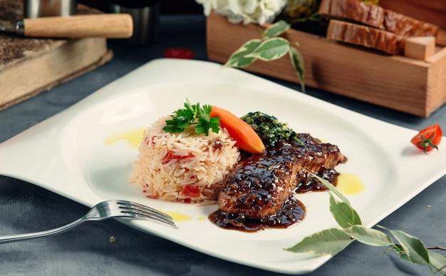 Steak frit avec du riz bouilli