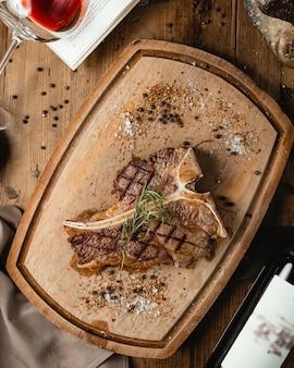 Steak frit sur planche de bois