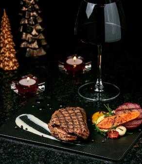 Steak frit sur la table