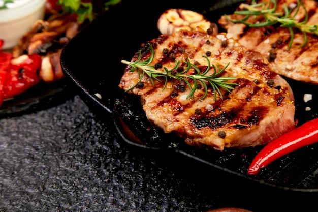 Steak grill dans la poêle en fonte
