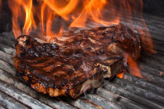 Steak sur le grill avec le feu