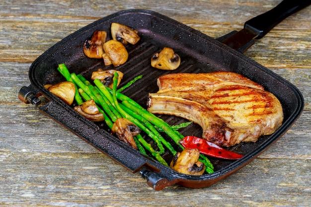 Steak grillé bifteck en tranches grillé. juteux épais champignons grillés et asperges
