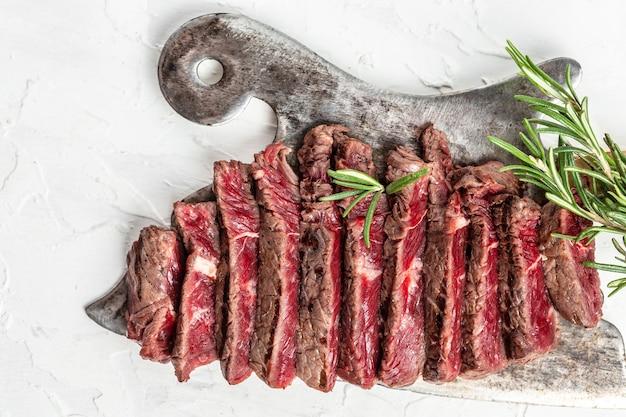 Steak grillé sur couteau de boucher à viande. bannière, lieu de recette de menu pour le texte, vue de dessus.