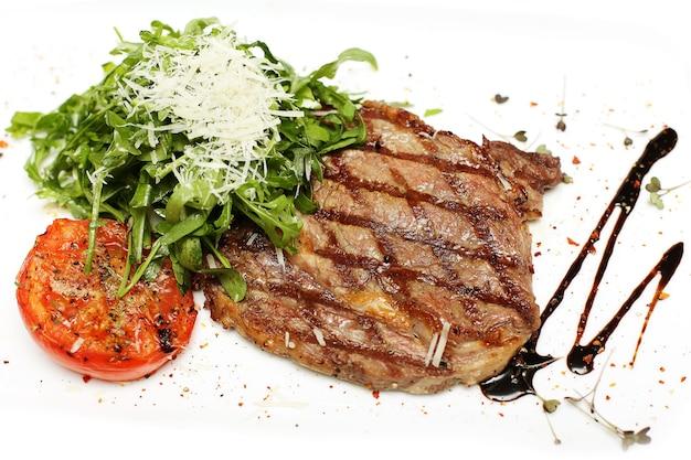 Steak grillé gastronomique isolé sur blanc