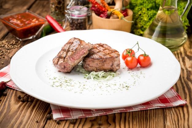 Steak grillé et légumes sur le gril