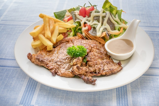 Steak grillé sur plat