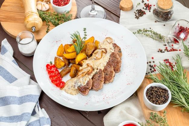 Steak grillé avec quartiers de pommes de terre