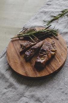 Steak grillé sur table