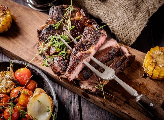 Steak grillé tranché sur une planche à découper.