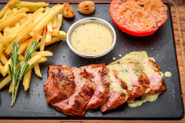 Steak juteux boeuf mi-saignant aux épices et légumes grillés