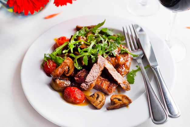 Steak juteux boeuf saignant, avec épices et légumes grillés.