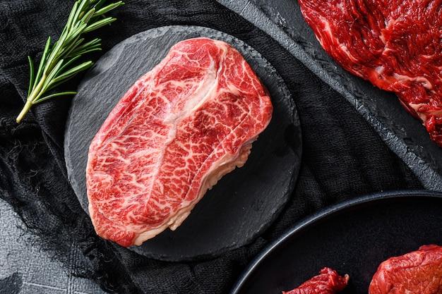 Steak de lame supérieur brut sur une pierre noire