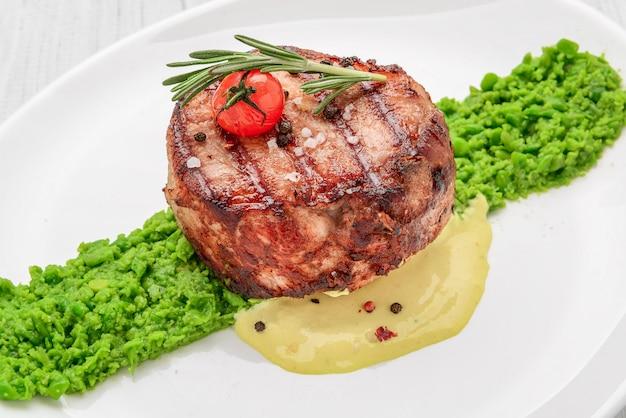 Steak mignon avec purée de pois et sauce à la crème