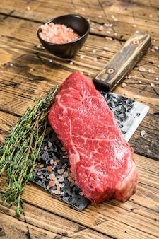 Steak de new york cru sur couperet, viande de bœuf