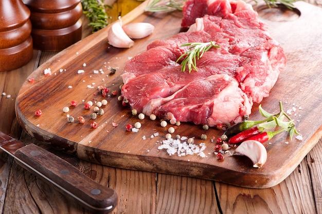 Steak d'os de bœuf juteux cru