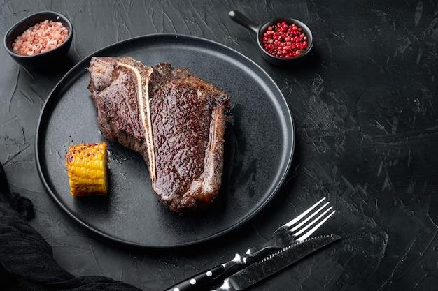 Steak d'os de bœuf vieilli. steak cuit juteux au romarin et aux épices, sur assiette