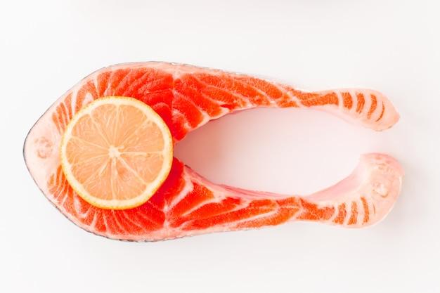 Steak de poisson au saumon de mer frais tendance ton sur ton tranche de citron