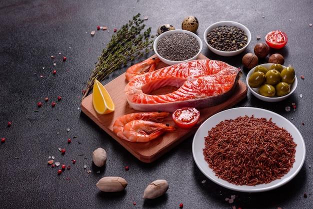 Steak de poisson rouge à la truite crue servi avec des herbes et du citron et de l'huile d'olive. cuisson du saumon. concept d'alimentation saine