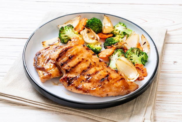 Steak de poitrine de poulet grillé aux légumes