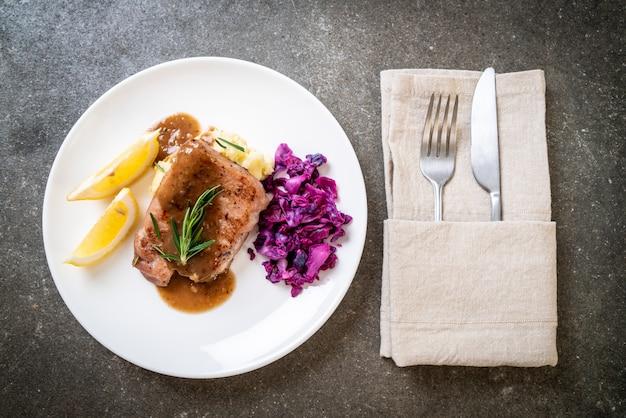 Steak de porc au chou rouge et purée de pommes de terre