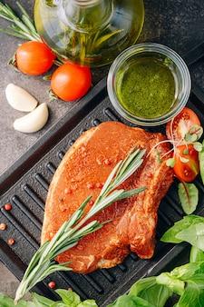 Steak de porc cru aux épices et vinaigrette à l'huile d'olive et au basilic