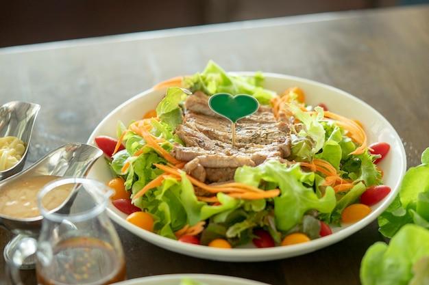 Steak de porc dans un restaurant avec de beaux plats