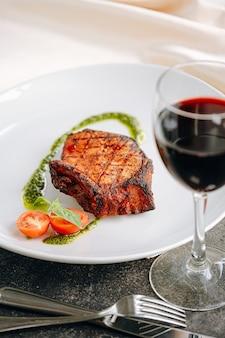 Steak de porc frit aux épices et vinaigrette à l'huile d'olive et au basilic
