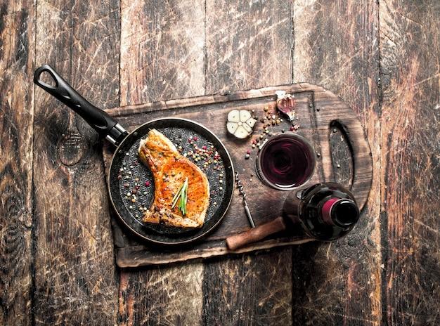 Steak de porc grillé au vin rouge.