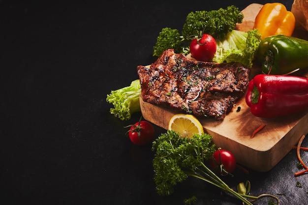Steak de porc grillé aux légumes mélangés