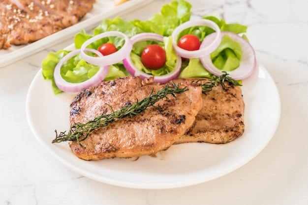 Steak de porc grillé aux légumes