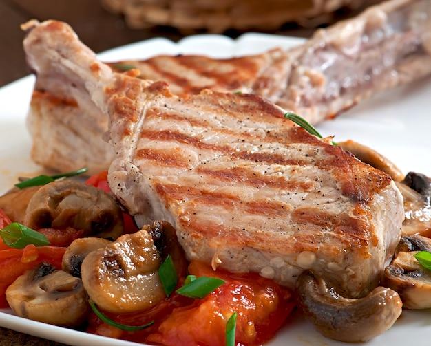 Steak de porc grillé juteux sur l'os