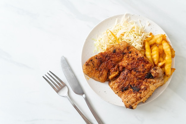 Steak de porc kurobuta barbecue épicé grillé avec frites