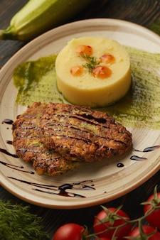 Steak de porc sur une plaque