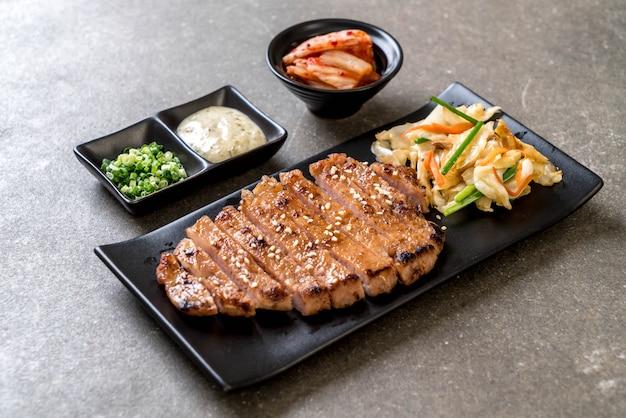 Steak de porc tranché grillé avec des légumes