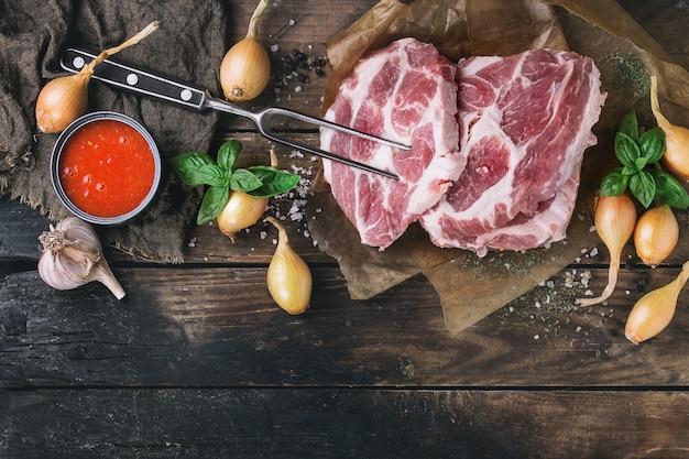 Steak de porc à la viande crue