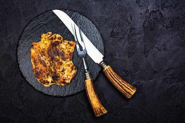 Steak de poulet sur ardoise