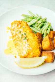 Steak de poulet frit au citron et aux légumes