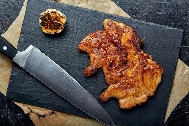 Steak de poulet avec frites sur une surface noire
