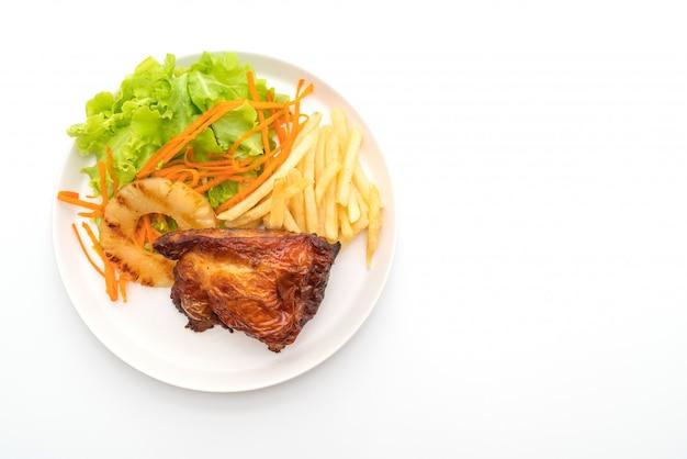 Steak de poulet grillé avec légumes et frites