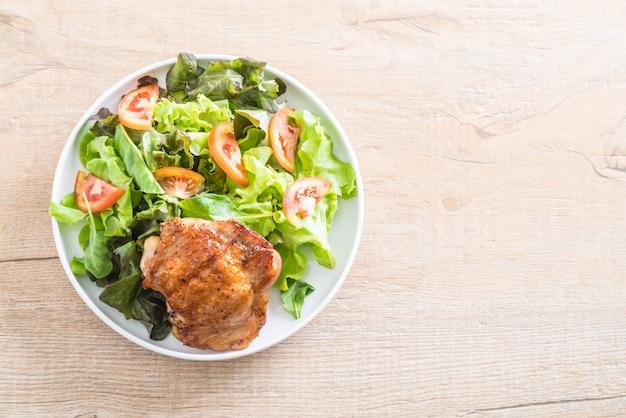 Steak de poulet grillé avec salade de légumes
